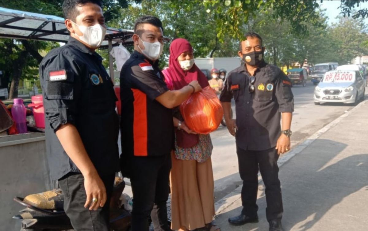 Gannas Sumut Bagikan 500 Paket Sembako Kepada Pedagang Kaki Lima