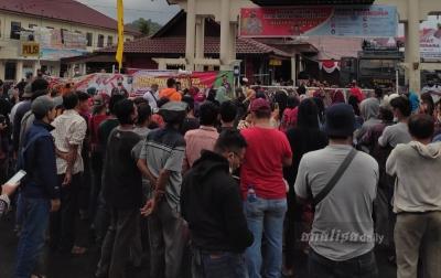 Ratusan Massa Desak Polisi Bebaskan 14 Warga Batangonang