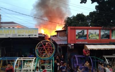 Belasan Rumah dan Kios Hangus Terbakar di Jalan Mahkamah