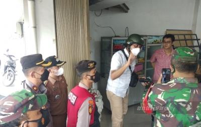 Polsek Medan Timur Tindak Pertokoan yang Buka Saat PPKM Darurat