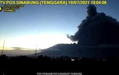 Gunung Sinabung Erupsi, Tinggi Kolom Abu 300 Meter di Atas Puncak