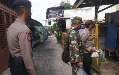 Polisi dan TNI Bantu Distribusikan Daging Kurban