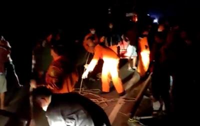 Tim SAR Evakuasi Pengendara Sepeda Motor yang Terjatuh ke Jurang di Simalungun