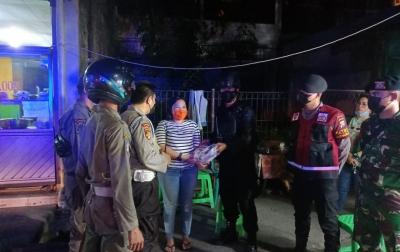 TNI-Polri dan Satgas Covid-19 Patroli Skala Besar Bagikan Bansos di Medan