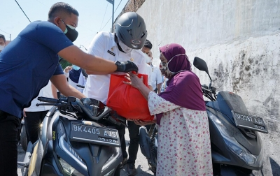 Naik Motor Matik, Bobby Nasution Bagikan Sembako, Warga: Mirip Pak Presiden