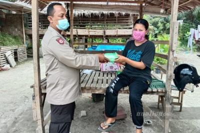 Polsek Indrapura Bagikan Sembako Untuk Pasien Isoman