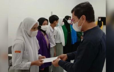PT LNK Kembali Berikan Beasiswa ke Anak Karyawan dan Masyarakat