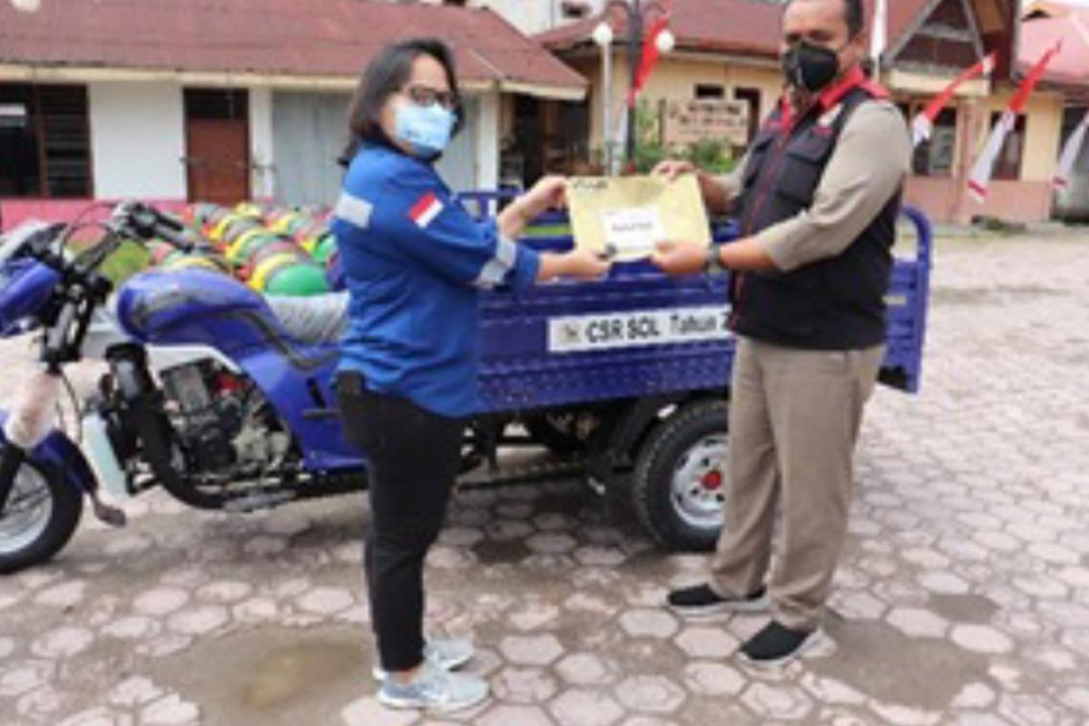 SOL Serahkan Becak Sampah dan Bantuan UMKM ke Pemkab