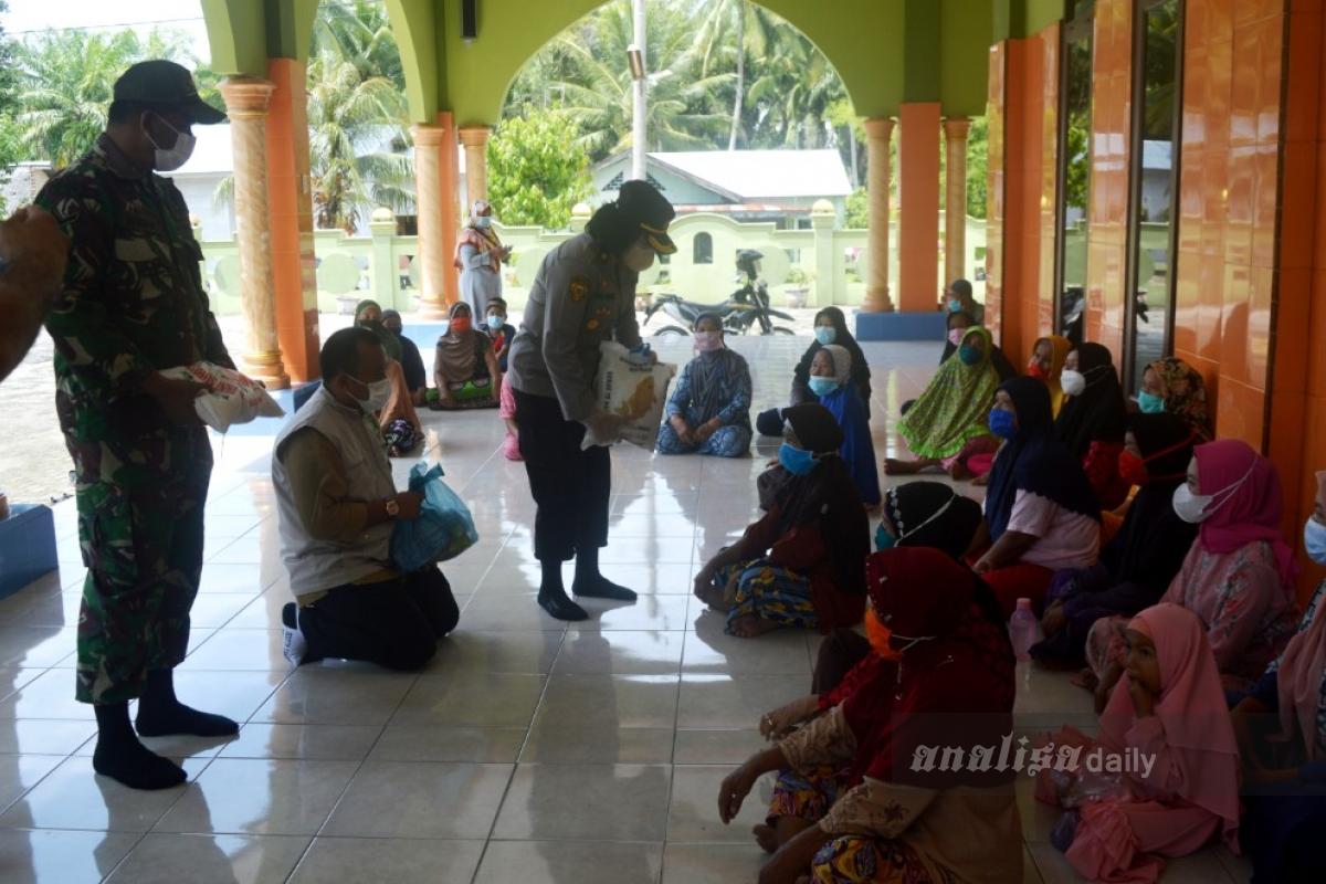 Polresta Deli Serdang dan KSJ Bagi Sembako di Desa Kubah Sentang
