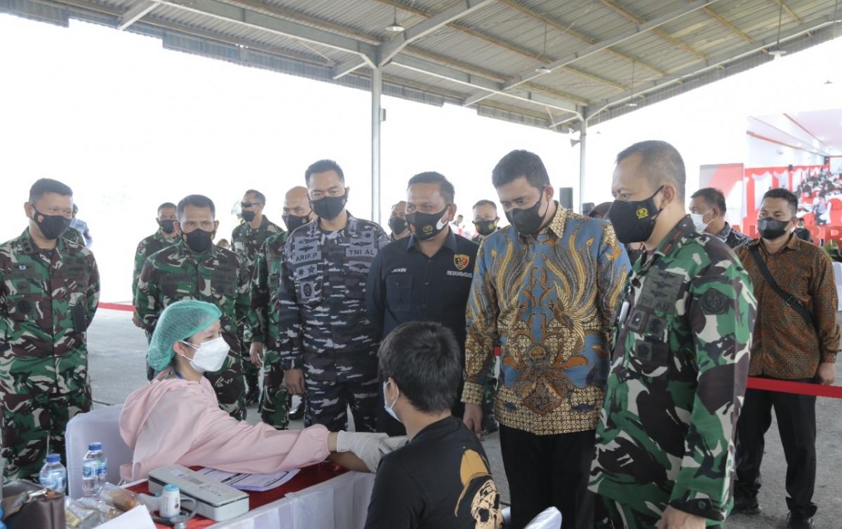 TNI-Polri Gelar Vaksinasi Serentak di Indonesia