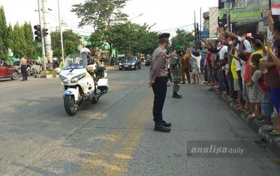 Tiba di Medan, Presiden Jokowi Disambut Lambaian Bendera