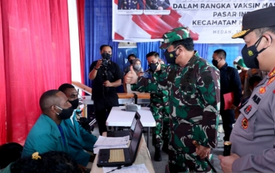 Panglima TNI ke Pedagang Pasar di Medan: Terima Kasih Sudah Ikut Vaksinasi