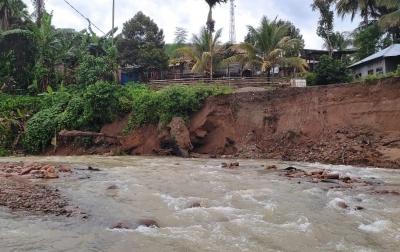 Rumah di Tepi Sungai Durian Terancam Longsor