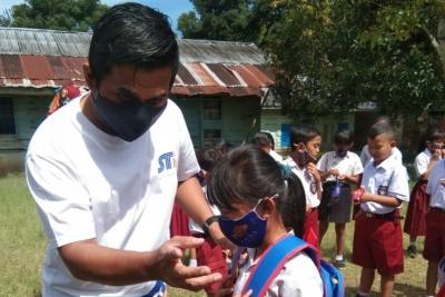 Motivasi Siswa Ikuti PTM, PT STP Bagikan Masker dan Tas Sekolah