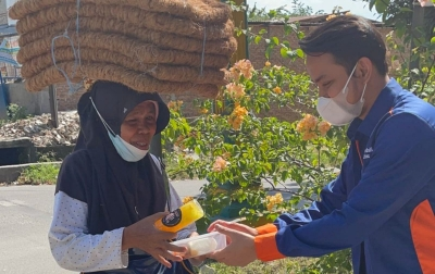 Aksi Jumat Berkah, Komunitas Kami Peduli Sekitar Bagikan 150 Paket Makan-Minum Gratis