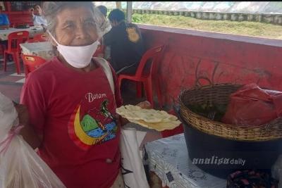 Kisah Nenek Pedagang Opak Singkong dari Sipoholon