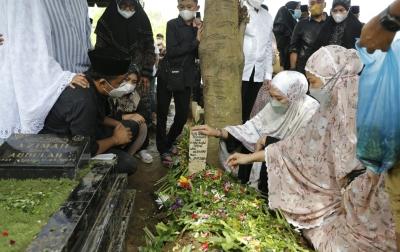 Almarhum Shaula Arindianti Dimakamkan di Komplek Masjid Al Abror