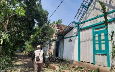 Angin Kencang Sebabkan Rumah Warga Blora Tertimpa Pohon Tumbang