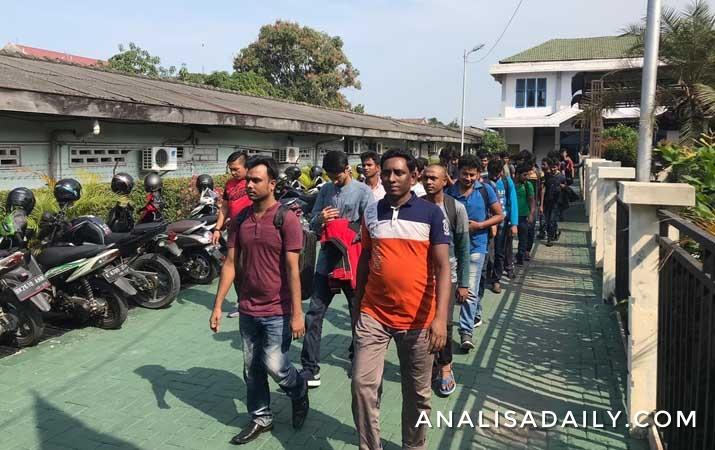 petugas-imigrasi-dan-polisi-amankan-193-wna-bangladesh-tanpa-dokumen