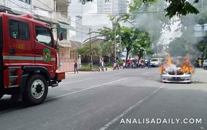 sebuah-mobil-terbakar-saat-melintas-di-jalan-s-parman-medan