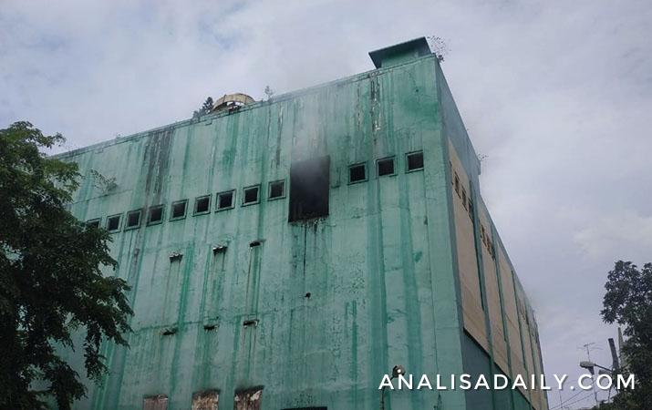 gedung-kosong-bekas-supermarket-macan-yaohan-pulo-brayan-terbakar