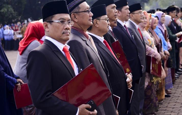 edy-ikhsan-dapat-satya-lancana-dari-presiden-jokowi