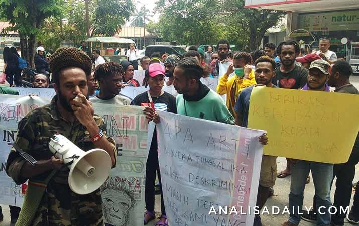mahasiswa-papua-di-medan-long-march-ke-kantor-dprd-sumut