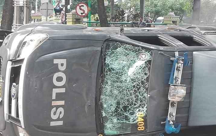 tujuh-mobil-dinas-polisi-rusak-akibat-aksi-di-dprd-sumut