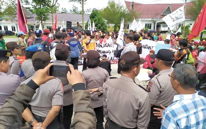 aliansi-mahasiswa-masyarakat-adat-sihaporas-unjuk-rasa