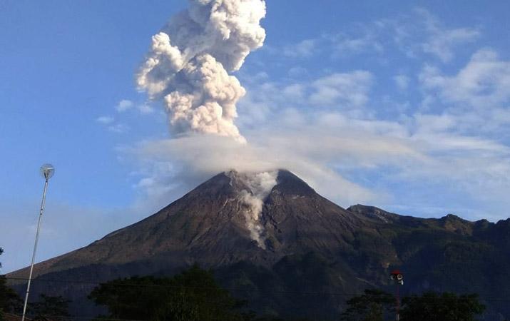 bnpb-gunung-merapi-erupsi-masyarakat-tetap-tenang